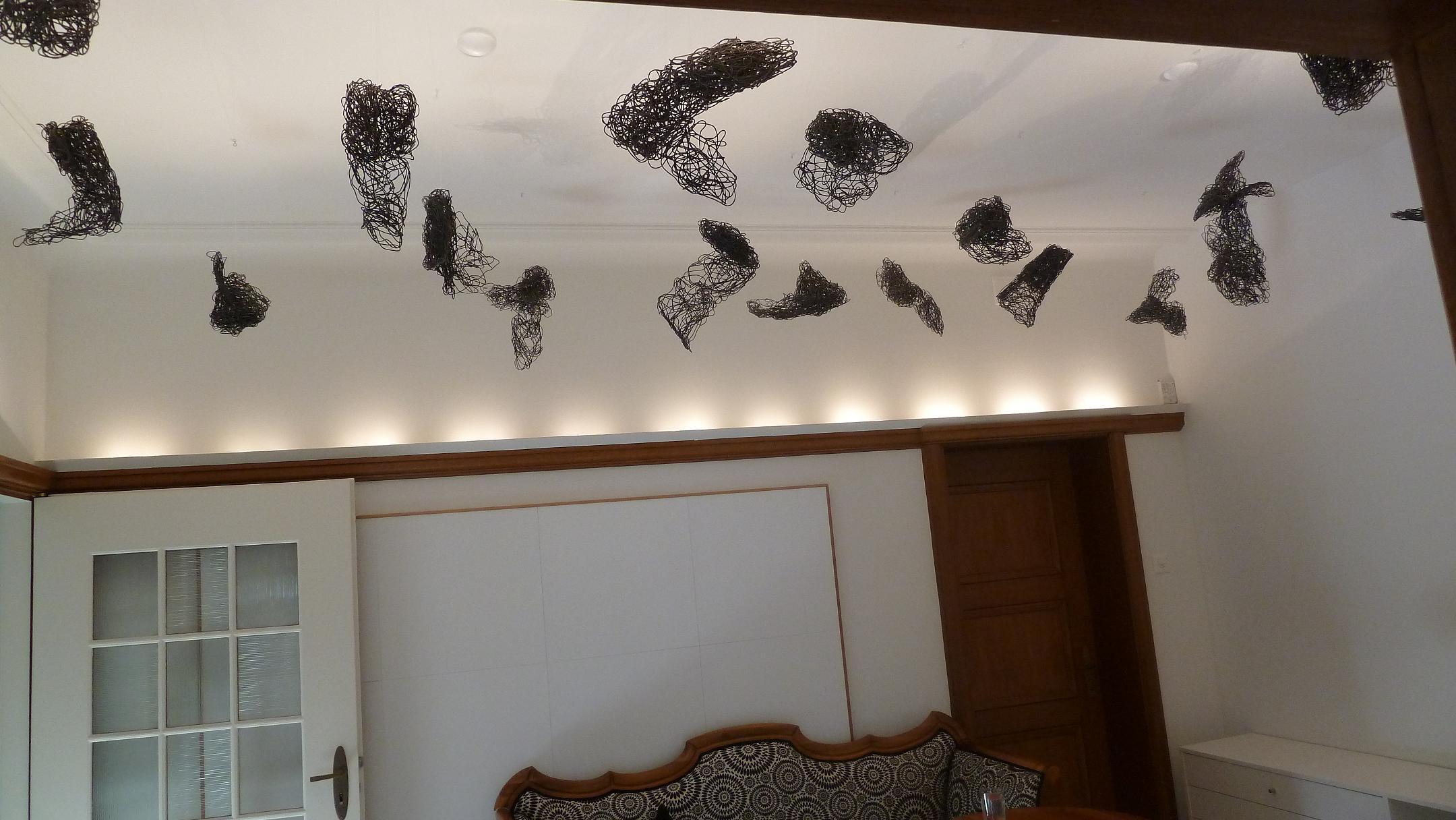 """""""Fliegenkönnen"""", 2011/12, Eisendraht, 18-teilig, Villa Wetzstein, Basel"""